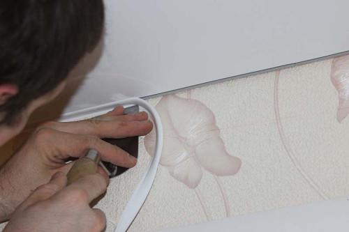 Как установить плинтус на натяжной потолок